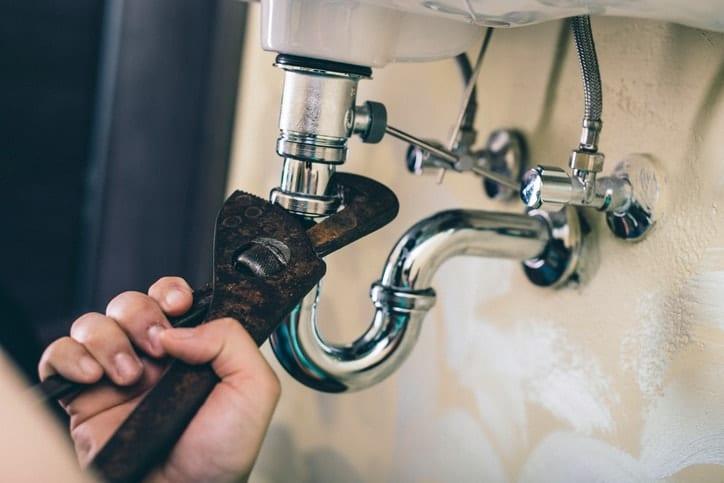 Collegare tubo flessibile al lavandino del bagno